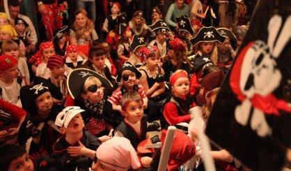 Mladí piráti čakajú deti v tábore na lodi!